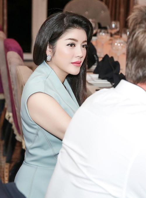 ly-nha-ky-khoe-khong-gian-phong-an-cua-biet-thu-dat-vang-2