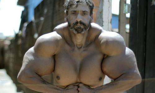 Tự bơm dầu vào cơ thể để có thân hình cơ bắp