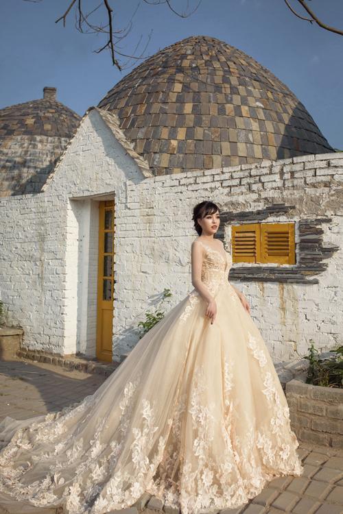 [Caption]Mùa cưới 2017 là sự lên ngôi của những bộ soiree đính ren và hoa lộng lẫy cầu kỳ với tùng váy xòe bồng thướt tha. Những bộ váy này thường được may bằng những chất liệu cao cấp để làm nổi bật dáng váy và sự sang trọng.