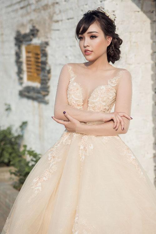 [Caption]Những mẫu váy illusion may bằng chất liệu ren mỏng hay voan, tạo ảo giác, khéo léo khoe nét đẹp cơ thể ẩn hiện là lựa chọn hoàn hảo cho cô dâu sexy.
