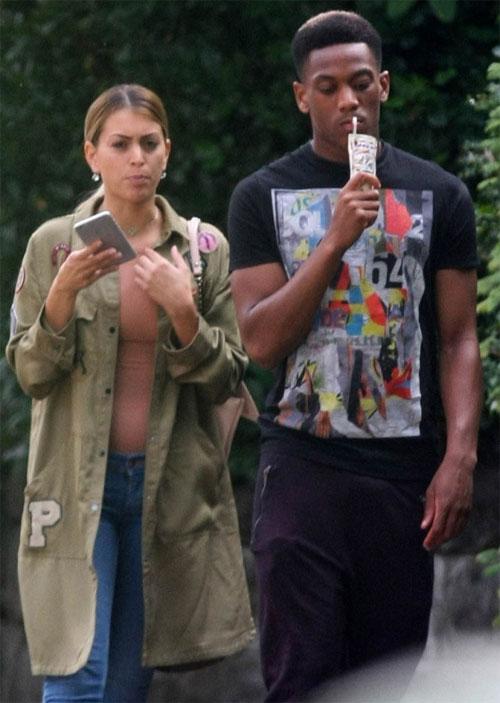 Martial và bạn gái mới Melanie sánh bước bên nhau ở Manchester tuần trước