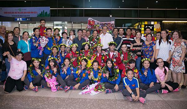 Đội tuyển taekwondo Việt Nam chụp ảnh cùng người thân tại sân bay.Với 2 HCV đồng đội nữ quyền sáng tạo và đồng đội quyền sáng tạo dưới 17 tuổi, đoàn Việt Nam kết thúc Giải Vô địch quyền taekwondo thế giới lần 10 - 2016 tại Peru với 2HCV, 4 HCB, 3 HCĐ.  Tác giả của HCV đồng đội nữ quyền sáng tạo là Nguyễn Kim Phương - Lê Ngọc Hân, còn nhóm VĐV đem về HCV đồng đội quyền sáng tạo dưới 17 tuổi gồm Nguyễn Thị Kim Hà - Lê Trần Kim Uyên - Trần Hồ Duy - Trần Đăng Khoa - Nguyễn Ngọc Minh Hy.
