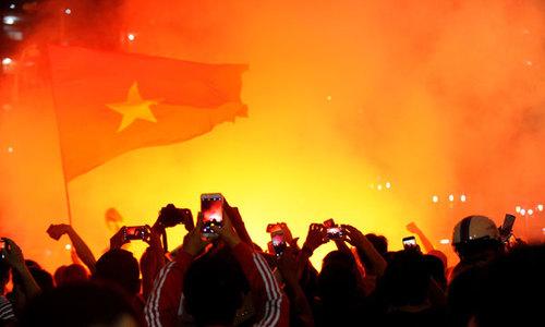 Fan Sài Gòn 'sướng', đốt pháo sáng ngoài sân Thống Nhất