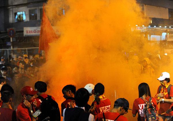 fan-sai-gon-suong-dot-phao-sang-ngoai-san-thong-nhat-8