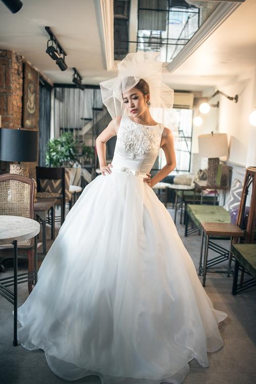 [Caption]Xen lẫn họa tiết ren thêu nổi là chi tiết đính đá pha lê lấp lánh khiến bộ trang phục thêm bắt mắt.