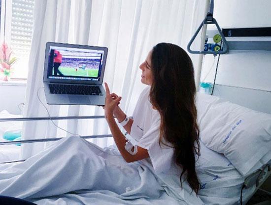 Người đẹp nằm viện vẫn không quên theo dõi các trận đấu của bạn trai.