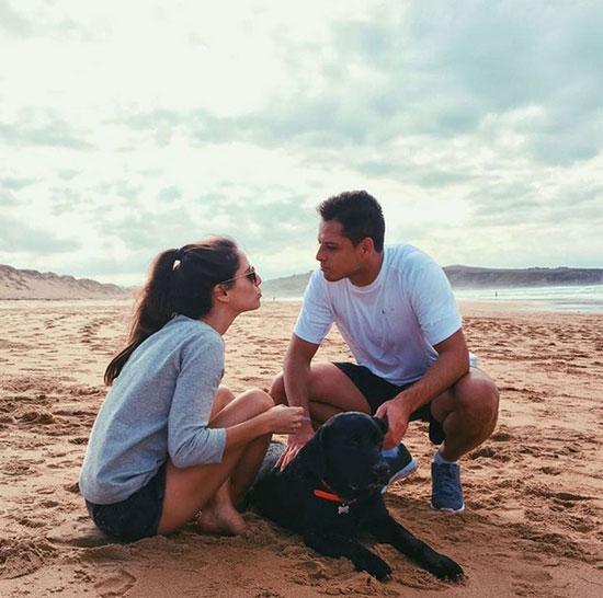 Chicharito và bạn gái cùng khoe ảnh lãng mạn trên bãi biển hôm 6/10. Ảnh: Instagram.