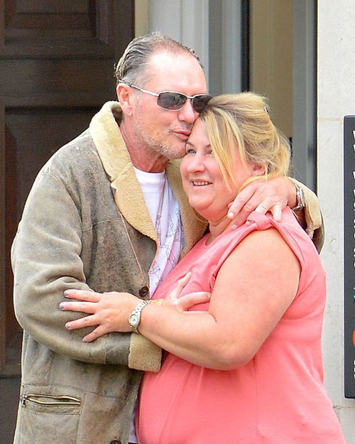 Tuy nhiên, Gascoigne bị chụp ảnh đang tranh thủ sờ ngực