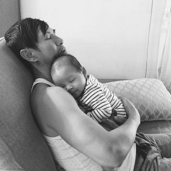 Con trai của ba, ngủ ngoan nhé Các bạn ơi, ngủ ngon nhé