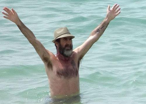 Huyền thoại Eric Cantona bước sang tuổi 50 với râu tóc rậm rạp trông già hơn tuổi rất nhiều. Trong một bức ảnh chụp đi nghỉ cùng gia đình gần đây, cựu sao MU khiến nhiều người không nhận ra vì bụng béo, da nhăn nheo cùng gương mặt như ông lão 70.