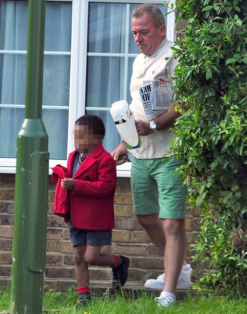 Ông Ted đưa con riêng của bồ đi học.