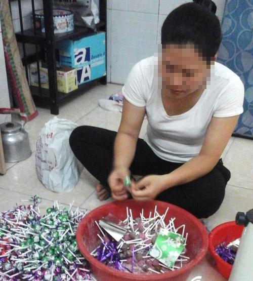 Chị P.Đ.V.K, 37 tuổi, quê tỉnh Đồng Nai, quấn kẹo kiếm thêm thu nhập