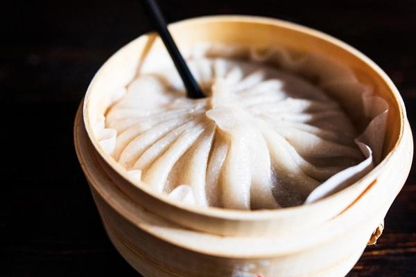 Thay vì những chiếc dim sum nhỏ nhắn thường thấy, nhà hàng này lại tạo ra loại súp dim sum với kích thước lớn bằng lồng hấp. Thực khách phải dùng ống hút để thưởng thức món ăn này.