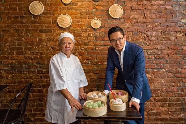 Ý tưởng làm chiếc bánh sup dim sum khổng lồ này đến từ mẹ của chủ nhà hàng. Năm nay bà đã 63 tuổi và từng là một đầu bếp tại khu phố tàu. Trước khi ra mắt sản phẩm khổng lồ này, họ đã phải làm thử với nhiều kích thước khác nhau. Yuan Lee - chủ nhà hàng cho hay: mặc dù ở Hồng Koong và Đài Loan cũng có những chiếc bánh dim sum lớn, nhưng ít cửa hàng thực hiện nó. Vì thế tại sao bản thân mình không tự làm phiên bản riêng.