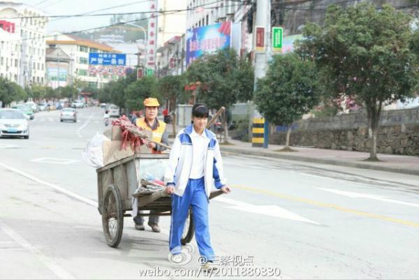 Cô bé ở tỉnh Hán Âm, tỉnh Thiếm Tây, Trung Quốc không mặc cảm vì mẹ làm nghề quét rác