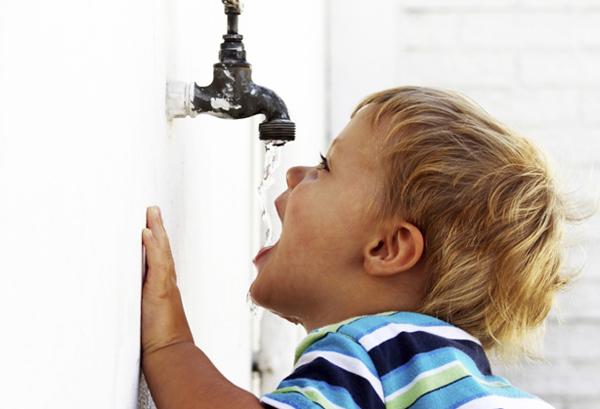 bảo vệ nguồn nước và cho trẻ dùng nước sạch là cách giúp trẻ