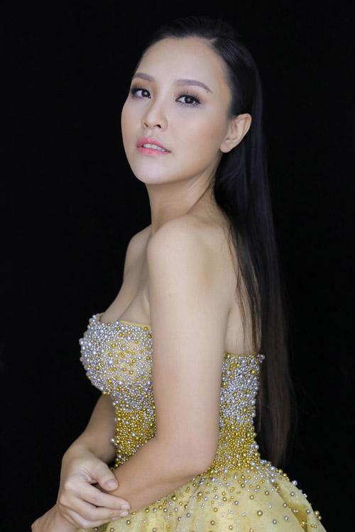 [Caption]Là gương mặt Én vàng quen thuộc của 60 giây và nhiều chương trình khác của HTV, MC Khánh Ly ngày càng được khán giả yêu mến bởi chất giọng sáng, đài từ tốt và cách dẫn có chiều sâu.