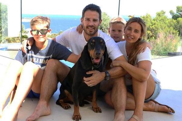 Vợ chồng cựu danh thủ Liverpool bên hai cậu con trai.