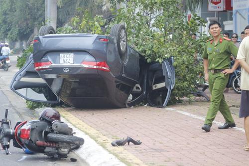 Sau khi va chạm với chiếc xe máy, xe 4 chỗ bay thẳng lên cây.