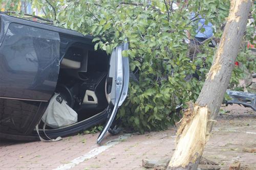 Túi khí ô tô đã bị bung, tài xế may mắn không bị thương