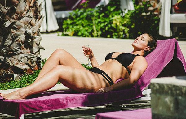 mau-beo-hot-nhat-the-gioi-khoe-duong-cong-hut-mat-voi-bikini-3