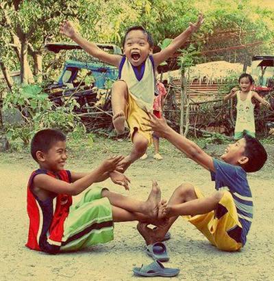 Hình ảnh các em nhỏ hồn nhiên chơi đùa khiến nhiều người nhớ về thời thơ ấu.