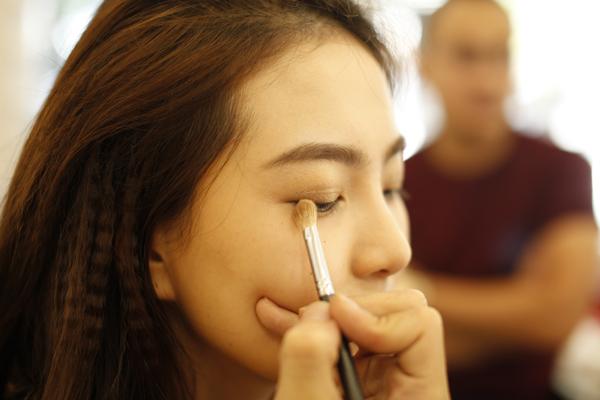 [Caption]Khi make up cho mắt, cô dâu có thể chọn tông màu da đồng ở phần đầu mắt, sau đó nhấn nhá thêm nâu đất ở phần đuôi để tạo vẻ cuốn hút.