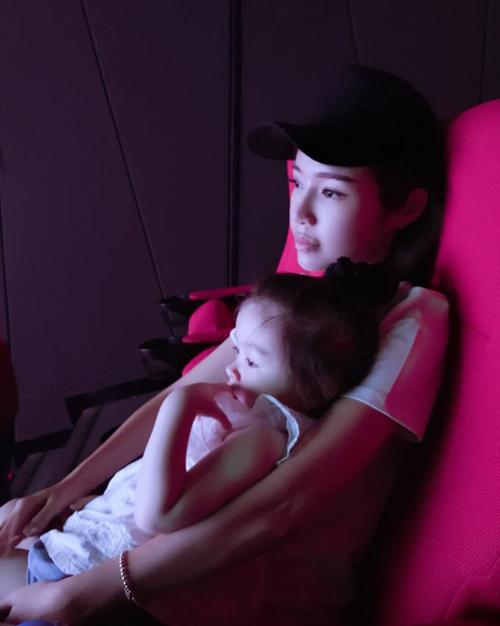 Hai mẹ con Elly Trần đi xem phim. Người đẹp chia sẻ: Mẫu thân hứa với nàng hôm nào mami được nghỉ làm sớm sẽ dắt nàng đi xem hoạt hình cho biết.Lần đầu tiên nàng đi xem phim rạp. Nàng ngoan, yên lặng, tập trung lắm..
