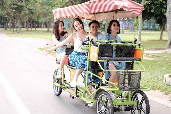 van-anh-tu-vi-cung-ban-be-vui-dua-o-singapore-7