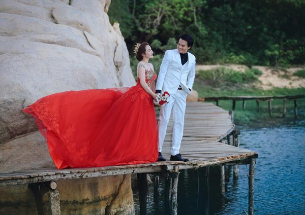 Tối qua,một số nghệ sĩ bất ngờ chia sẻ ảnh đám cưới của diễn viên Cao Minh Đạt. Đám cưới của anh diễn ra tại một trung tâm tiệc cưới ở quận 3, TP HCM