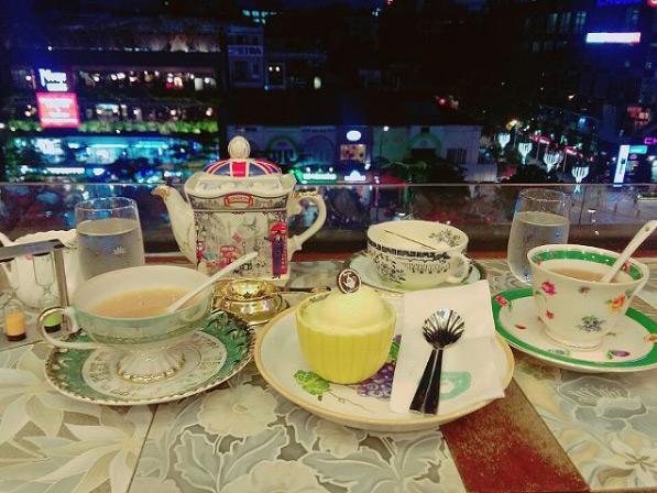 Menu của quán đa số là các loại trà lá ngoại nhập với nhiều mùi vị (hơn 30 loại), cùng các loại bánh ngọt hợp dùng với trà như cheesecake, redvelvet, flan gato, nama...