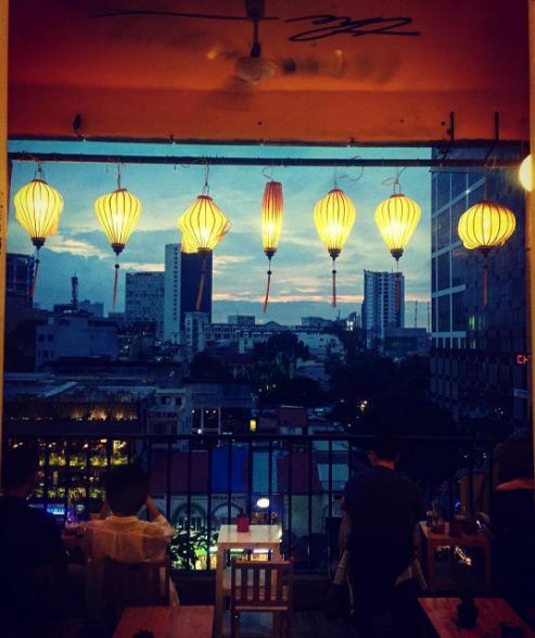 Màu vàng nổi bật của màu tường và những chiếc đèn lồng thắp sáng khi chập tối đem tới một cảm giác giống như đang ở Hội An.
