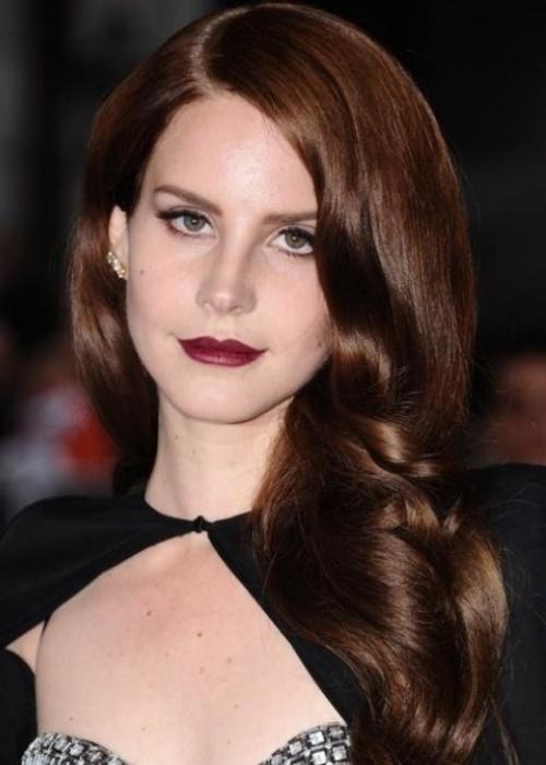 Với những nàng làm tóc xoăn, màu nhuộm này sẽ giúp sóng tóc trông bóng bẩy hơn.