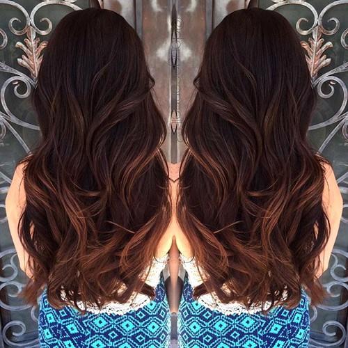 Nhuộm màu theo phong cách ombre, sậm màu ở chân tóc và sáng màu ở ngọn tóc.