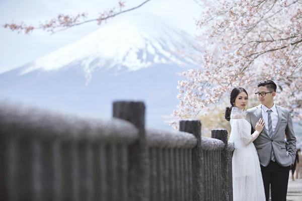 2 năm trước, Olivia và chồng tương lai, Kalvin gặp nhau lần đầu tại Nhật Bản cùng một người bạn chung. Tháng 11/2015, Kalvin bất ngờ cầu hôn Olivia trong hậu trường tuần lễ thời trang SingaporeVì vậy, cặp đôi quyết định quay lại nơi tình yêu bắt đầu để thực hiện bộ ảnh cho ngày trọng đại.