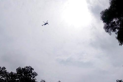 Trực thăng quần thảo núi Dinh để xác định vị trí máy bay rơi. Ảnh: Xuân Thắng