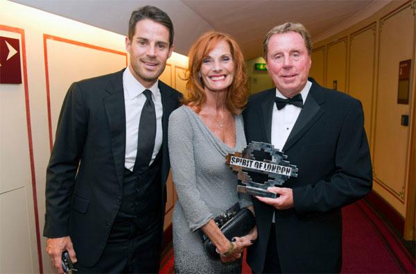 Nhà cầm quân người Anh bên vợ, bà Sandra, và con trai là cựu danh thủ Jamie Redknapp.