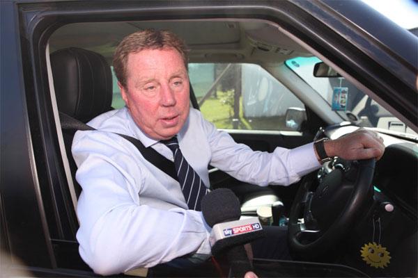 HLV Harry Redknapp lái xe đi mà không để ý vợ bị kẹt chân và áo khoác vào cửa, kéo lê một đoạn