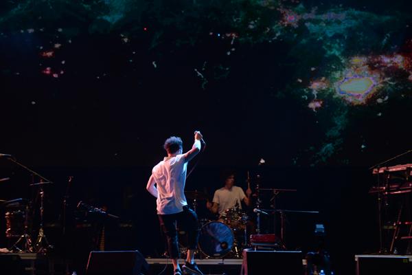 Một nghệ Bắc Âu nữa gây ấn tượng trong đêm Gió mùa đầu tiên là Save Us. Nam ca sĩ đến từ Đan Mạch biểu diễn 10 ca khúc tủ của mình trong set nhạc khoảng hơn 40 phút. Với đặc điểm là các yếu tố pha trộn giữa hai dòng nhạc Gospel và Drum and Bass, Save Us khiến khán giả đứng ngồi không yên với sự ma mị, độc đáo và riêng biệt của người nghệ sĩ khi các nốt nhạc của anh bao trùm một khoảng lớn của âm nhạc và tài tình biến nó thành âm nhạc của mình.