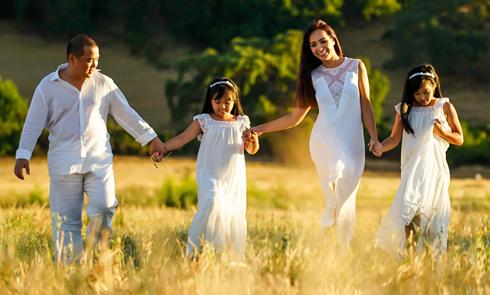 Gia đình Thúy Hạnh chụp ảnh kỷ niệm 10 năm ngày cưới