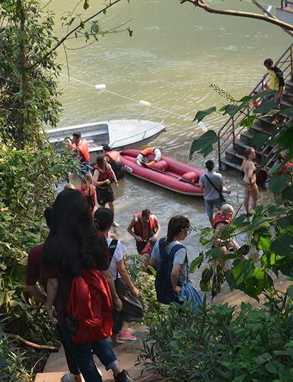 Sau 3 ngày mở cửa trở lại, chiều 21/10, điểm du lịch Hang Tối  Sông Chày thuộc khu vực Phong Nha  Kẻ Bàng đã nhộn nhịp khách nước ngoài và các bạn trẻ đăng ký nhảy zipline, dù nước ở đây đã chuyển thành màu nâu đục thay vì xanh lục như thường thấy.