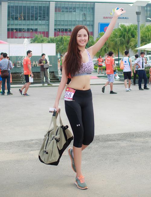 mai-phuong-thuy-photoshop-de-vong-eo-thon-min-12