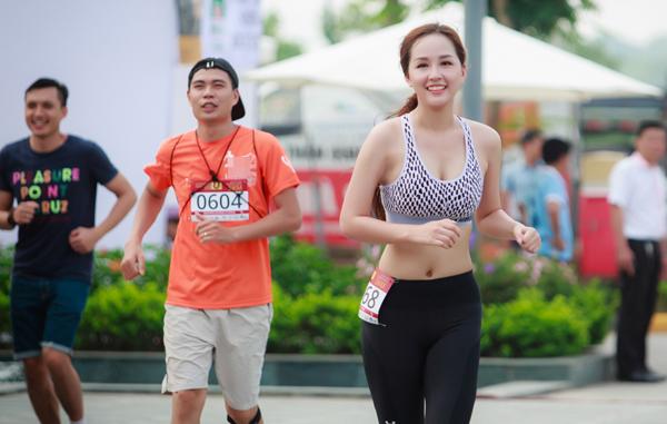 mai-phuong-thuy-photoshop-de-vong-eo-thon-min-9