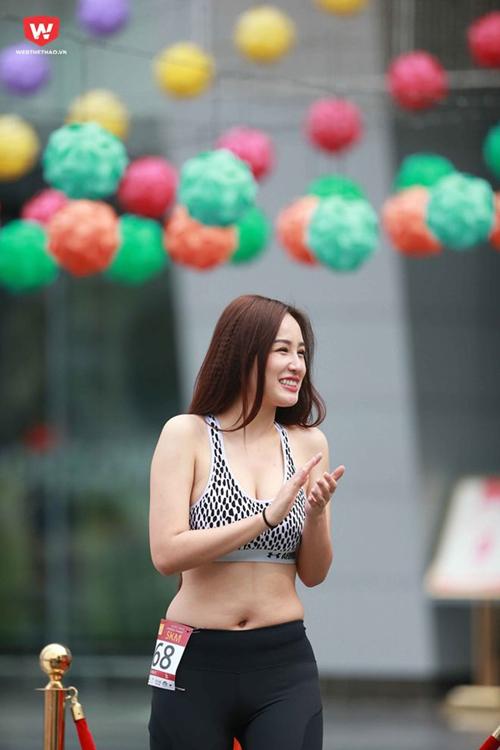 mai-phuong-thuy-photoshop-de-vong-eo-thon-min-10
