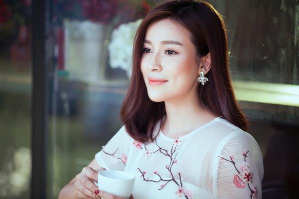 Mới đây, Cao Thái Hà còn lần đầu hợp tác cùng stylist Đỗ Long, chuyên gia trang điểm Nghip Nakun và nhiếp ảnh Huy Bình thực hiện bộ ảnh mới với hình ảnh dịu dàng, nền nã.