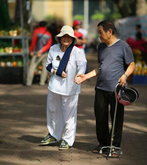 Tôi với bà đi với nhau được bao nhiêu năm rồi ấy nhỉ? - Ông đếm mà làm gì, một đời ông có đếm xuể đâu.  #1phutsaigon | Nguồn: Tôi là người Sài Gòn