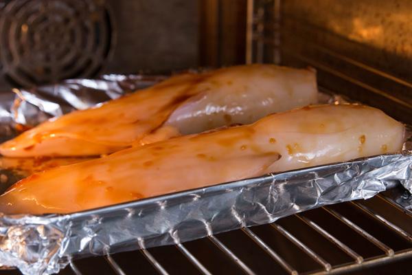 Bước 5: Đặt vào lò nường trong 5 phút. Sau đó lấy ra quét thêm một lớp nước sốt nữa rồi nướng khoảng 10 phút đến khi mực chín.