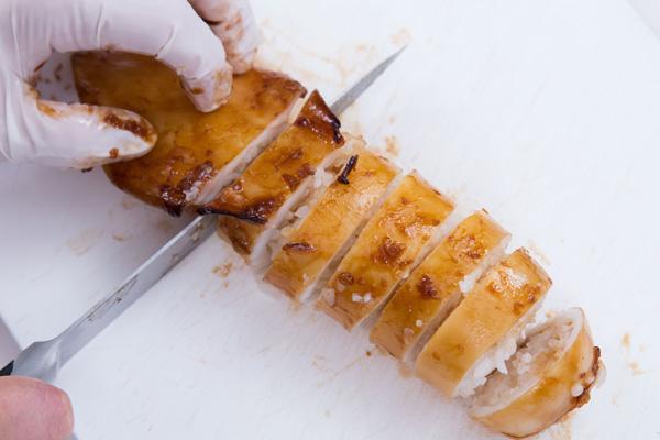 Bước 6: Lấy mực ra khỏi lò nướng, cắt thành miếng tronf, rưới mayonnaise và hạt mè trắng lên để trang trí.