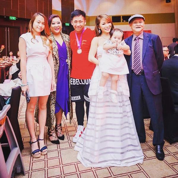 Gia đình của Tuệ Linh gồm hai con gái, con trai riêng của Alvin, bố chồng, chị chồng... cũng đến ủng hộ