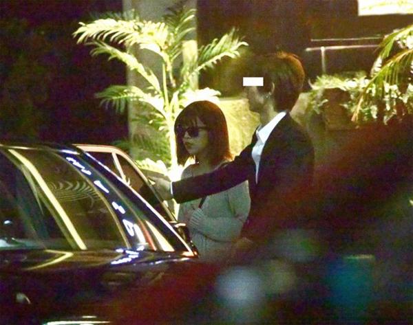 Sakaguchi lọt vào tầm ngắm paparazzi khi rời khỏi một spa, sau đó lên taxi về nhà hôm đầu tuần.